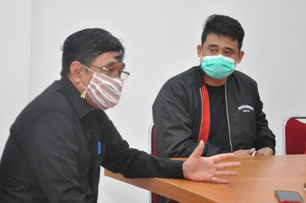Menantu Presiden Joko Widodo yang juga bakal calon Wali Kota Medan Bobby Nasution (kanan) menyimak pernyataan Pelaksana Tugas (Plt) Ketua DPD PDIP Sumut Djarot Saiful Hidayat (kiri) saat berkunjung di Medan, Sumatera Utara, Kamis (23/7/2020). DPD PDIP Sum