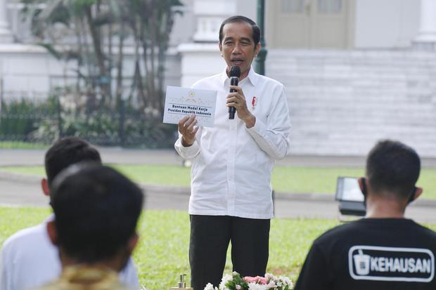 Jokowi Luncurkan BLT Subsidi Upah untuk 2,5 Juta Pekerja Tahap Pertama.