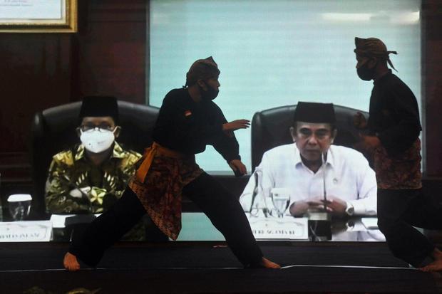 Menteri Agama, Fachrul Razi (kanan), menyaksikan atraksi silat secara virtual saat Launching Musabaqah Tilawatil Quran (MTQ) Nasional ke-28, di Padang, Sumatera Barat, Selasa (28/7/2020). Peluncuran itu sebagai bentuk kesiapan Provinsi Sumbar menjadi tua