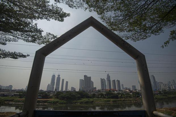 Pemandangan gedung-gedung bertingkat tampak dari Petamburan, Jakarta, Selasa (28/7/2020). Provinsi DKI Jakarta dan Jawa Barat menjadi dua daerah pertama penerima dana program Pinjaman Pemulihan Ekonomi Nasional (PEN) Daerah karena terdampak sangat besar o