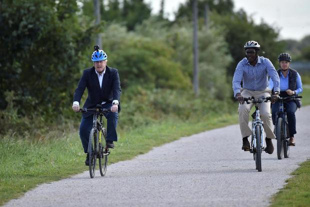 Perdana Menteri Boris Johnson dan Anggota Parlemen Partai Konservatif untuk Broxtowe Darren Henry mengendarai sepeda mereka di Canal Side Heritage Center, setelah pemerintah mengumumkan rencana baru membuat masyarakat bersepeda, ditengah wabah penyakit vi