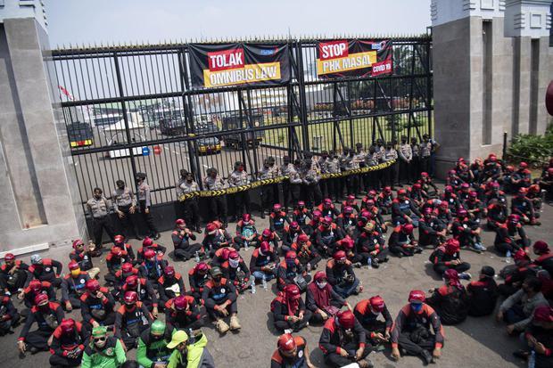 Sejumlah buruh melakukan aksi unjuk rasa di depan gedung DPR, Senayan, Jakarta, Rabu (29/7/2020). Mereka menuntut DPR untuk menghentikan pembahasan Omnibus Law RUU Cipta Kerja.