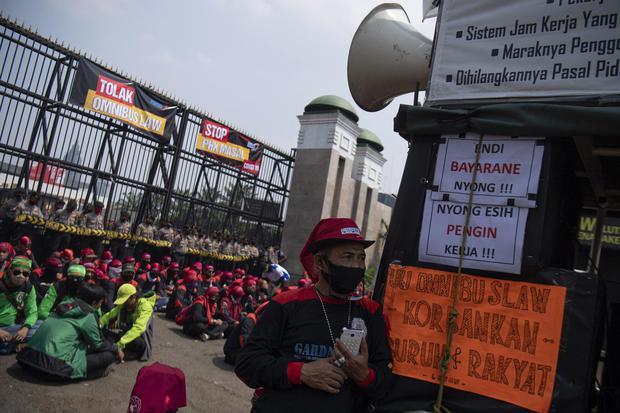 Protes tak menyurutkan pembahasan RUU Omnibus Law Cipta Kerja oleh DPR dan pemerintah. DPR menyebut pembahasan telah sampai di Bab III.