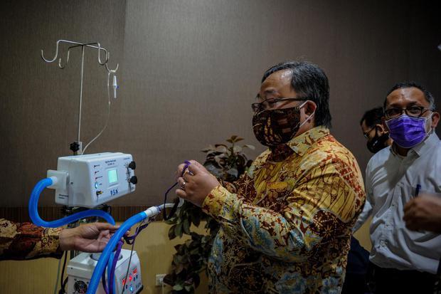 Menteri Riset dan Teknologi Bambang Brodjonegoro (kedua kanan) memperhatikan alat terapi oksigen HFNC hasil produksi dari peneliti Lembaga Ilmu Pengetahuan Indonesia (LIPI) saat melakukan kunjungan kerja di Laboratorium LIPI Bandung, Jawa Barat, Rabu (29/