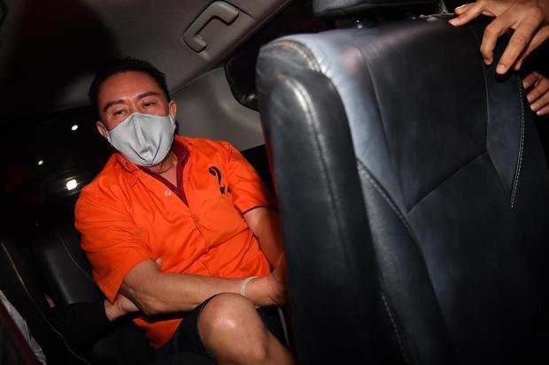 Petugas kepolisian membawa buronan kasus korupsi pengalihan hak tagih (cessie) Bank Bali Djoko Tjandra yang ditangkap di Malaysia menuju Bareskrim Polri setibanya di Bandara Halim Perdanakusuma Jakarta, Kamis (30/7/2020).