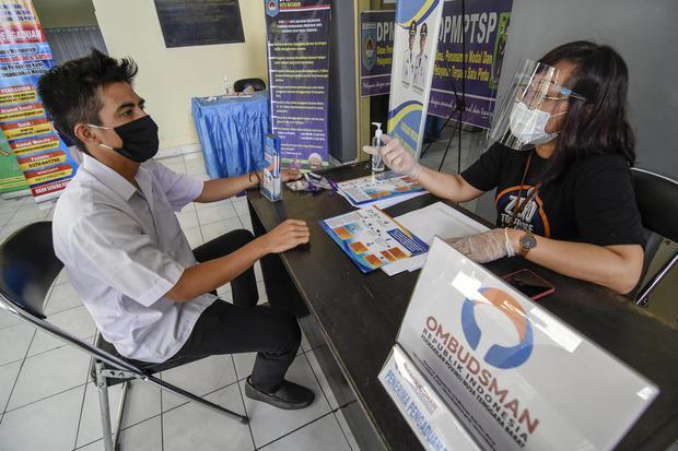 Seorang warga menyampaikan laporan pengaduannya kepada petugas Ombudsman Perwakilan NTB di Kantor Dinas Penanaman Modal Dan Pelayanan Terpadu Satu Pintu (DPMPTSP) Kota Mataram di Mataram, NTB, Senin (3/8/2020).