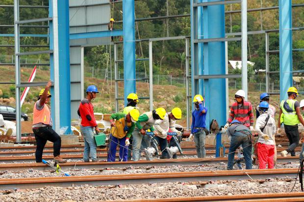 Pekerja pabrik Kereta api PT INKA di Kalipuro, Banyuwangi, Jawa Timur, Selasa (4/8/2020).