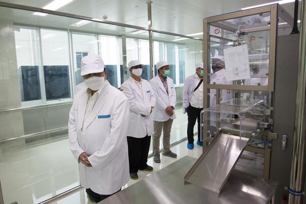 Menteri Badan Usaha Milik Negara (BUMN) Erick Thohir (kiri) saat meninjau fasilitas produksi vaksin COVID-19 di kantor Bio Farma, Bandung, Jawa Barat, Selasa (4/8/2020). Menteri BUMN Erick Thohir menyatakan PT Bio Farma (Persero) telah mampu memproduksi v