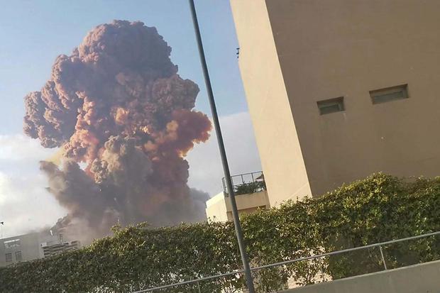 T. . . S. Asap membubung ke udara setelah terjadi ledakan, di Beirut, Lebanon, Selasa (4/8/2020) pada gambar yand diperoleh dari rekaman video media sosial.