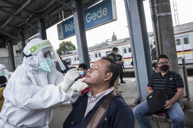 Petugas medis melakukan tes Swab COVID-19 kepada penumpang KRL Commuter Line di Stasiun Bojong Gede, Bogor, Jawa Barat, Senin (11/5). Tes swab tersebut dilakukan kepada 200 calon penumpang KRL secara acak sebagai salah satu langkah untuk mendeteksi dan me