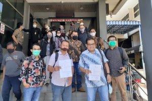 Pemred Tirto Atmaji Sapto Anggoro dan Chief Editor Tempo.co Setri Yasra melaporkan peretasan di situsweb dua media terswbut ke Polda Metro, Selasa (25