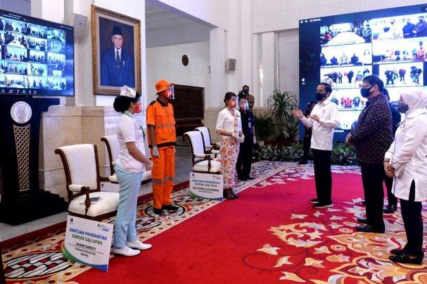Jokowi berbincang dengan sejumlah pekerja saat peluncuran BLT pekerja di Istana Negara, Kamis (27/8) (Foto: Rusman - Sekretariat Biro Pers Sekretariat