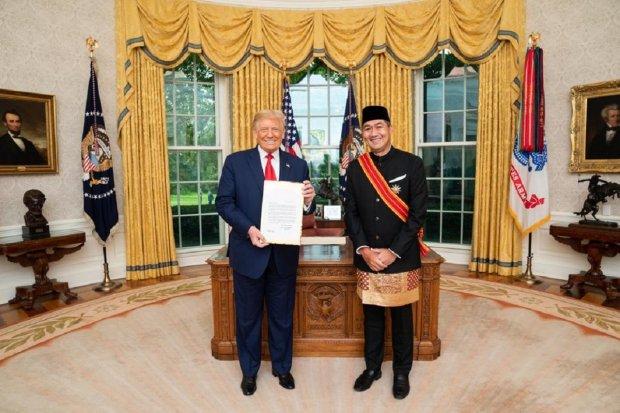 Dubes RI untuk AS M. Lutfi saat menyerahkan surat kepercayaan kepada Presiden Donald Trump, Jumat (18/9). (Foto: Official White House Photo by Joyce N