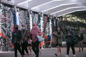 Pekerja melintas di terowongan kendal Kawasan Sudirman, Jakarta Pusat, Kamis (24/9/2020).