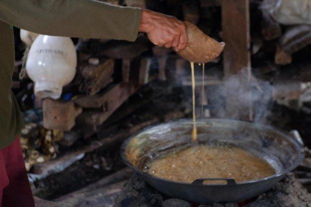 Proses memasak nira sebelum jadi gula semut dilakukan secara mandiri di rumah petani.