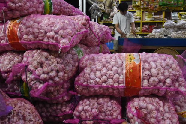Pedagang menyortir bawang putih di Pasar Induk Kramat Jati, Jakarta, Kamis (1/10/2020). Survei Pemantauan Harga minggu ke-IV September dari Bank Indonesia menunjukkan adanya inflasi sebesar 0,01 persen (month to month) dimana penyumbang inflasi yang utama