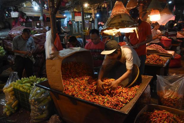 Pedagang di Pasar Induk Kramat Jati, Jakarta, Kamis (1/10/2020). Pasar domestik Indonesia memiliki potensi besar dalam menyerap produksi pangan.