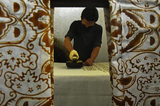 Pekerja menyelesaikan proses pembuatan batik cap di Sentra Industri Batik Banten, di Cipocok, Serang, Banten, Jumat (2/10/2020). Menurut pemilik usaha Batik Banten tersebut pihaknya kesulitan untuk mempertahankan dan mengembangkan pemasaran batik akibat t