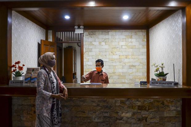Pekerja melayani tamu di Hotel The Priangan, Kabupaten Ciamis, Jawa Barat, Jumat (2/10/2020). Badan Pusat Statistik (BPS) mencatat tingkat Penghunian Kamar (TPK) hotel klasifikasi bintang di Indonesia pada Agustus 2020 mencapai 32,93 persen atau turun 21,