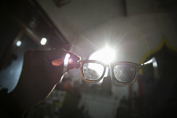 Kacamata Kayu Dari Limbah Papan Skateboard