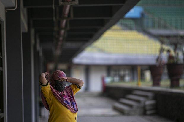 Pasien COVID-19 berstatus Orang Tanpa Gejala (OTG) bersiap untuk olahraga di Stadion Patriot Chandrabhaga, Bekasi, Jawa Barat, Jumat (2/10/2020). Olahraga pagi yang dilakukan rutin setiap hari oleh 25 pasien tersebut untuk meningkatkan imunitas tubuh sela