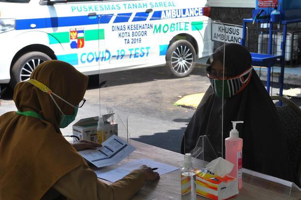 Petugas medis mencatat data warga saat proses simulasi ujicoba vaksinasi COVID-19 di Puskesmas Tanah Sareal, Kota Bogor, Jawa Barat, Minggu (4/10/2020). Simulasi di puskesmas tersebut dilakukan setelah ditunjuk Kementerian Kesehatan sebagai salah satu lok