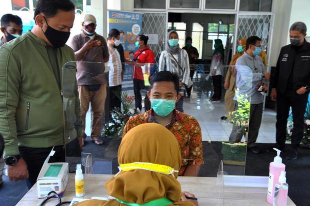 Wali Kota Bogor Bima Arya (kiri) melihat proses simulasi ujicoba vaksinasi COVID-19 di Puskesmas Tanah Sareal, Kota Bogor, Jawa Barat, Minggu (4/10/2020). Simulasi di puskesmas tersebut dilakukan setelah ditunjuk Kementerian Kesehatan sebagai salah satu l