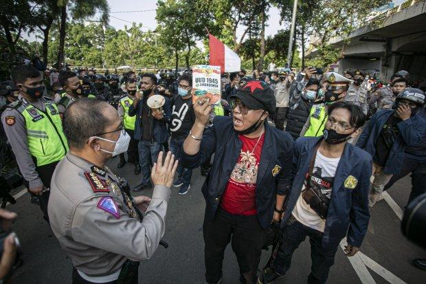Sejumlah mahasiswa melakukan aksi protes tolak pengesahan RUU Cipta Kerja di Kawasan Gedung DPR/MRP, Jakarta Pusat, Rabu (7/10/2020). Aksi tersebut menolak pengesahan UU Cipta Kerja yang telah disahkan oleh DPR RI karena dinilai sudah menciderai hak-hak b