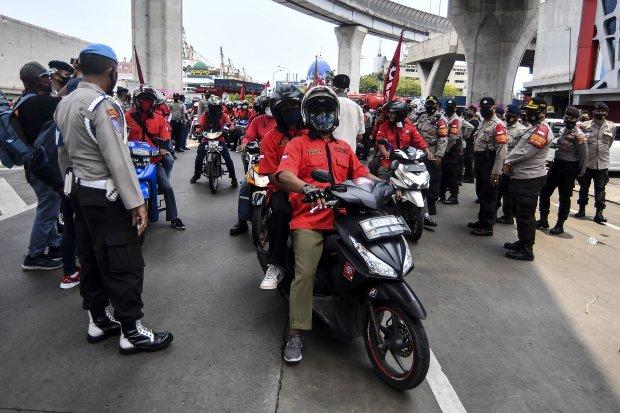 Sejumlah buruh yang tergabung dalam Konfederasi Persatuan Buruh Indonesia disingkat KP-KPBI melakukan aksi tolak UU Omnibus Law Cipta Kerja di kawasan Tanjung Priok, Jakarta, Selasa (6/10/2020). Buruh dari berbagai aliansi dan konfederasi berencana melaku