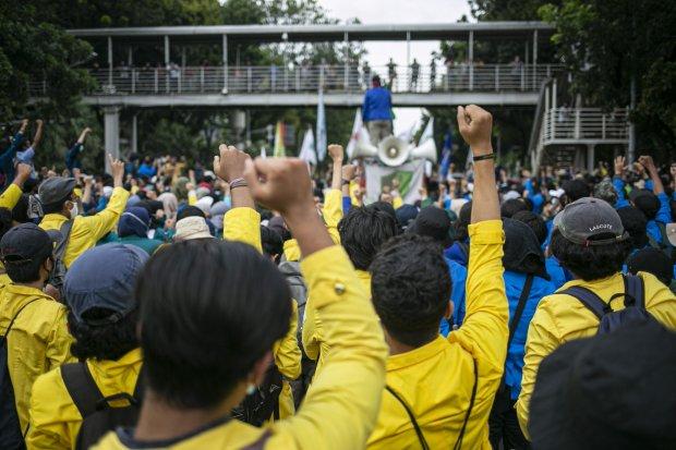 Mahasiswa dari sejumlah kampus melakukan aksi unjuk rasa tolak Undang-Undang Cipta Kerja, di Kawasan Istana Negara, Jakarta Pusat, Selasa (20/10/2020). Mereka dalam aksinya menuntut DPR RI dan Pemerintah untuk membuat Perppu pengganti untuk Undang-Undang