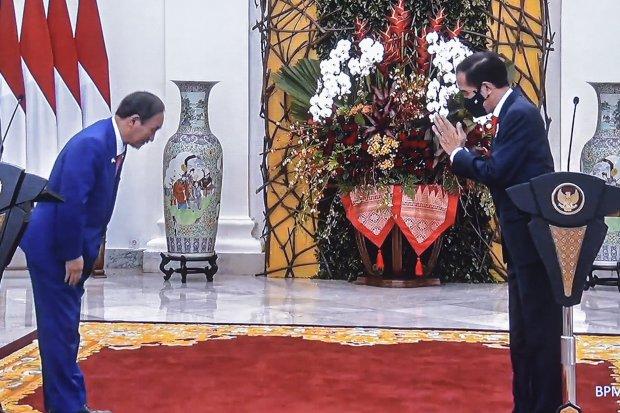 Presiden Joko Widodo dan PM Yoshihide Suga menyampaikan pernyataan pers bersama usai pertemuan dengan PM Jepang Yoshihide Suga, Selasa (20/10), di Istana Kepresidenan Bogor, Jawa Barat.