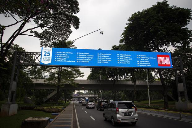 Kendaraan melintas di Jalan Jenderal Sudirman, Semanggi, Jakarta, Senin (26/10/2020). Direktorat Lalu Lintas Polda Metro Jaya kembali memperpanjang peniadaan pembatasan kendaraan berbasis nomor plat ganjil genap hingga 8 November 2020 seiring dengan perpa