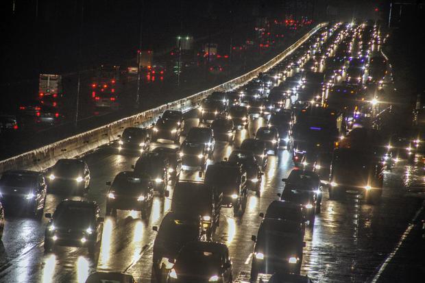 Sejumlah kendaraan memadati ruas jalan Tol Jagorawi, Cibubur, Jakarta Timur, Selasa (27/10/2020). Menjelang cuti bersama serta libur panjang Maulid Nabi Muhammad SAW, ruas jalan Tol Jagorawi terpantau padat karena banyaknya warga yang berlibur dan berperg