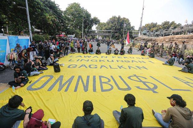 Sejumlah buruh dan mahasiswa menggelar aksi unjuk rasa menolak pengesahan Omnibus Law UU Cipta Kerja di Jakarta, Rabu (28/10/2020). Aksi yang dilakukan mahasiswa dan buruh bertepatan dengan Hari Sumpah Pemuda tersebut menolak disahkannya Omnibus Law UU Ci
