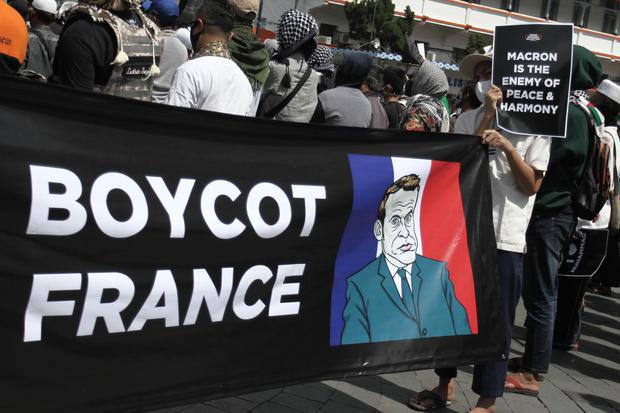 Pengunjuk rasa melakukan aksi boikot Presiden Prancis Emmanuel Macron di kawasan Nol Kilometer Yogyakarta, DI Yogyakarta, Jumat (30/10/2020). Aksi tersebut sebagai bentuk protes dan kecaman terhadap pernyataan yang dilontarkan oleh Presiden Prancis Emmanu