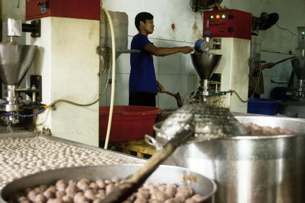 Pekerja menyelesaikan pembuatan bakso ikan tuna di Desa Kutawaluya, Rengasdengklok, Karawang, Jawa Barat, Jumat (30/10/2020). Menteri Ketenagakerjaan Ida Fauziyah mengatakan penyaluran subsidi gaji/upah termin I per 23 Oktober 2020 sudah menjangkau 12.192