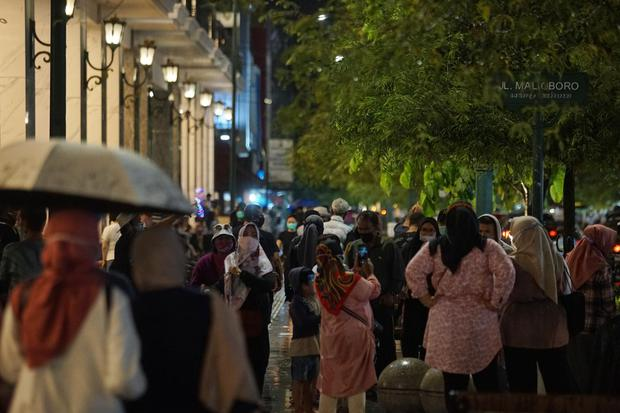 Sejumlah wisatawan berkunjung ke kawasan Malioboro di Yogyakarta, Jumat (30/10/2020). Pada libur nasional dan cuti bersama pekan ini, wisatawan dari berbagai daerah mulai memadati kawasan Malioboro sejak Kamis (29/10).