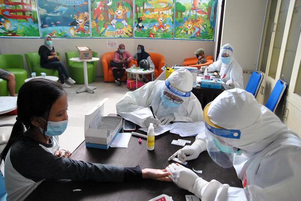 Petugas Dinas Kesehatan Kota Bogor melakukan rapid test untuk pengunjung wisata air The Jungle Waterpark, Kota Bogor, Jawa Barat, Sabtu (31/10/2020). Sebanyak 150 pengunjung wisata air tersebut mengikuti rapid test sebagai upaya antisipasi pencegahan penu
