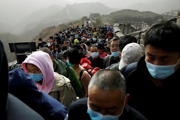 Tingshu Wang Pengunjung memadati bagian Badaling Tembok Besar dengan tetap menggunakan masker, menyusul wabah virus corona (COVID-19) di Beijing, China, Sabtu (31/10/2020).