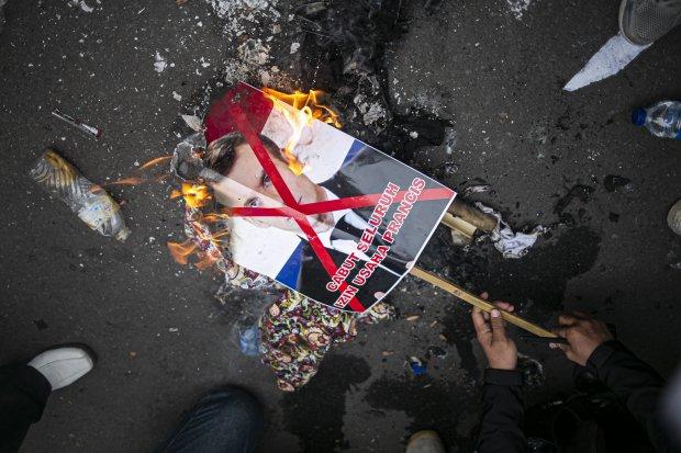 Aksi Kecam Presiden Perancis Emmanuel Macron