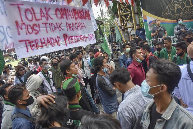 Sejumlah mahasiswa yang tergabung dalam Aliansi Mahasiswa Cipayung Plus Mataram berunjuk rasa di depan kantor Gubernur NTB di Mataram, NTB, Selasa (3/11/2020). Dalam orasinya ratusan pengunjukrasa tersebut menolak ditekennya Undang-undang Omnibus Law Cipt
