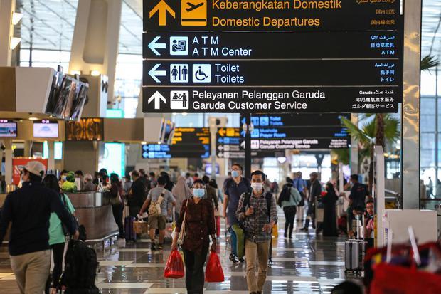 Calon penumpang berjalan di Terminal 3 Bandara Soekarno Hatta, Tangerang, Banten, Kamis (5/11/2020). Jumlah penumpang di bandara yang dikelola PT Angkasa Pura II mengalami peningkatan pada Oktober 2020 yaitu mencapai 2,14 juta orang atau meningkat 19 pers