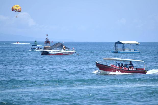 Pekerja pariwisata melayani wisatawan yang mengunjungi kawasan Tanjung Benoa, Badung, Bali, Sabtu (7/11/2020). Menurut data Kantor Perwakilan Bank Indonesia Provinsi Bali, perekonomian Bali pada triwulan III tahun 2020 mengalami pertumbuhan sebesar 1,66 p