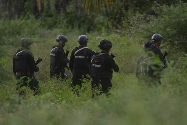 Personel Brimob Polri melakukan penyisiran pada lokasi yang diduga menjadi lokasi persembunyian saat melakukan pengejaran terhadap terduga teroris di Kelurahan Mamboro, Palu Utara, Sulawesi Tengah, Sabtu (7/11/2020).