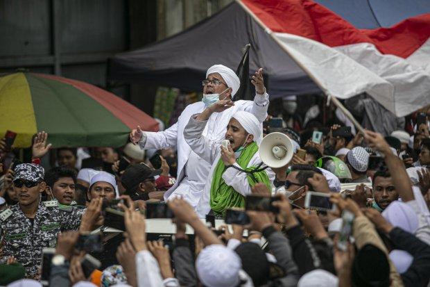 Imam Besar Front Pembela Islam (FPI) Habib Rizieq menyapa massa di Petamburan III, Jakarta Pusat, Selasa (10/11/2020).