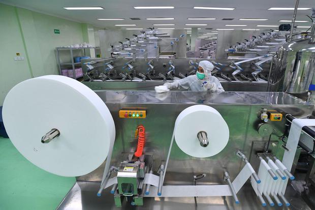 Pekerja membersihkan mesin yang digunakan untuk produksi tisu basah di PT The Univenus Cikupa, Tangerang, Banten, Rabu (11/11/2020). Kementerian Perindustrian menyatakan pertumbuhan sektor industri manufaktur di kuartal III-2020 sebesar 5,25 persen diband