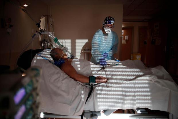 Benoit Tessier Staf medis berada di Unit Perawatan Intensif (ICU) dimana pasien terinfeksi virus corona (COVID-19) dirawat di klinik Ambroise Pare, Neully-sur-Seine, dekat Paris, Prancis, Kamis (12/11/2020).