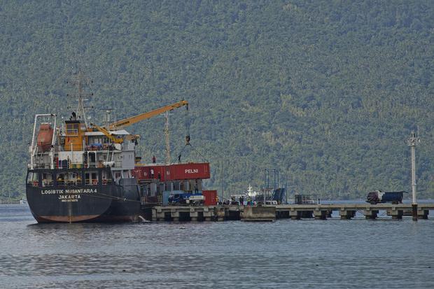 Kapal Logistik Nusantara 4 dari Jakarta melaksanakan bongkar muat kontainer di dermaga Pelabuhan Pelni Selat Lampa, Pulau Bunguran, Kabupaten Natuna, Kepulauan Riau, Jumat (13/11/2020). Pengoperasian kapal logistik tersebut dilakukan untuk memaksimalkan p