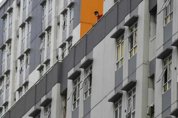 Pasien COVID-19 beraktivitas di Rumah Sakit Darurat COVID-19 Wisma Atlet Kemayoran di Jakarta, Minggu (15/11/2020). Ketua Satgas Penanganan COVID-19 sekaligus Kepala BNPB Letjen TNI Doni Monardo mengatakan selama dua minggu terakhir angka kasus konfirmasi