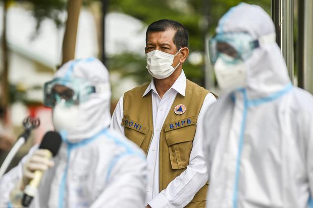 Ketua Satgas Penanganan COVID-19 sekaligus Kepala BNPB Letjen TNI Doni Monardo menghadiri konferensi pers di Rumah Sakit Darurat COVID-19 Wisma Atlet Kemayoran di Jakarta, Minggu (15/11/2020). Doni Monardo mengatakan selama dua minggu terakhir angka kasus